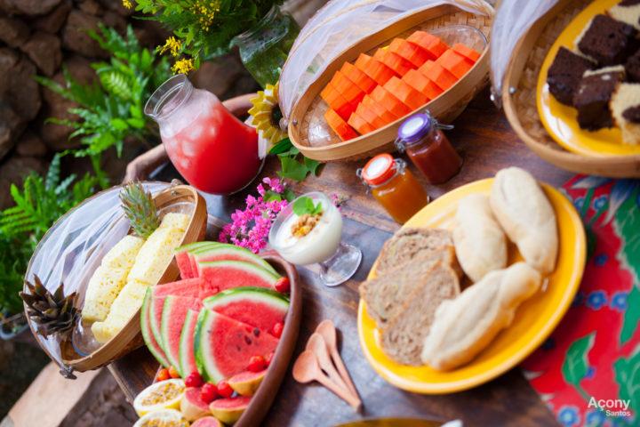 Frutas , pães e bolos